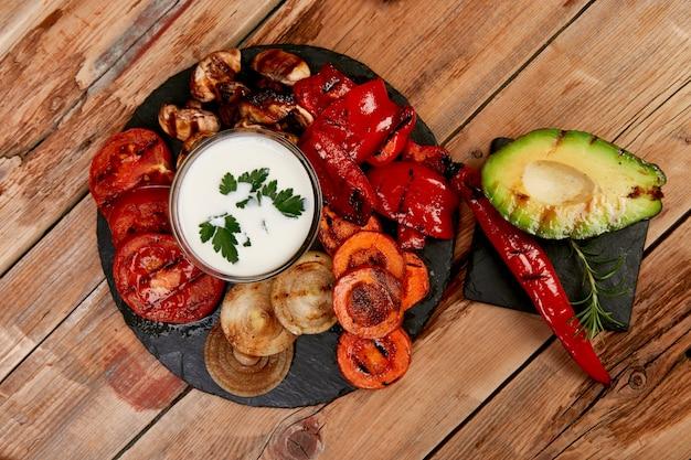 Gegrilltes gemüse auf schwarzem hintergrund. diät veganes essen. Premium Fotos