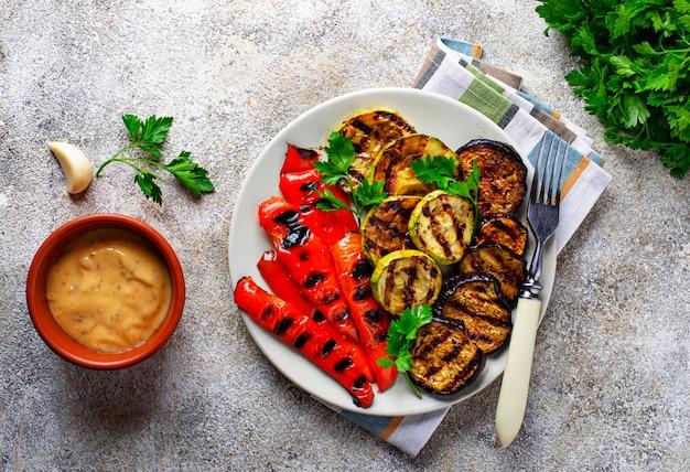 Gegrilltes gemüse. sommer veganes essen Premium Fotos