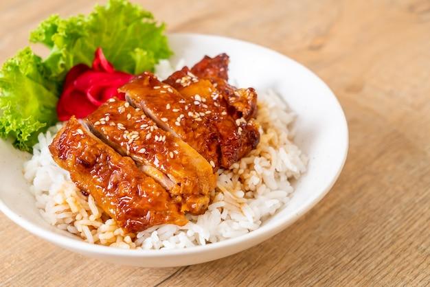 Gegrilltes hähnchen mit teriyaki-sauce auf reis Premium Fotos