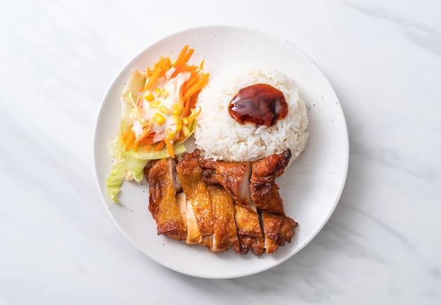 Gegrilltes hähnchen mit teriyaki-sauce und reis Premium Fotos