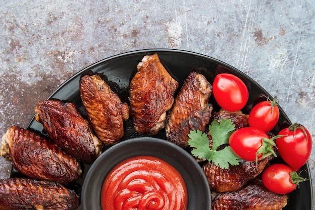 Gegrilltes hähnchen mit tomatensauce und korianderblatt Kostenlose Fotos