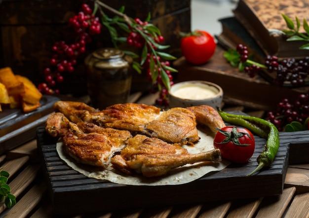 Gegrilltes hähnchen serviert in lavash mit gegrilltem pfeffer und tomaten Kostenlose Fotos