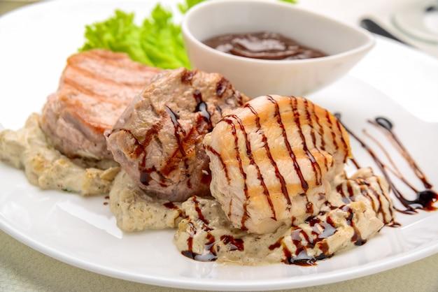 Gegrilltes hähnchensteak in pilzsauce gebratene kartoffelschnitze, Premium Fotos