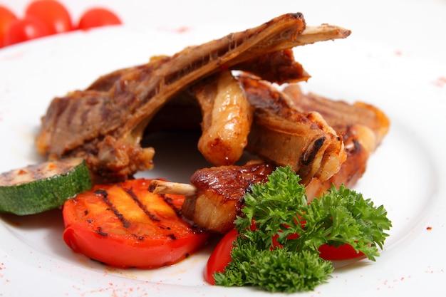 Gegrilltes lamm mit gegrilltem gemüse Premium Fotos