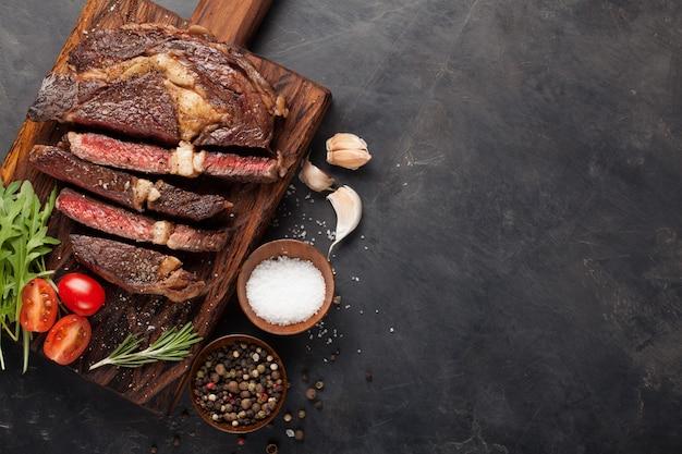 Gegrilltes ribeye beefsteak. Premium Fotos