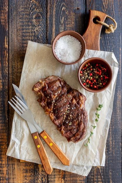 Gegrilltes rindersteak. amerikanische küche. rezept. fleisch. Premium Fotos