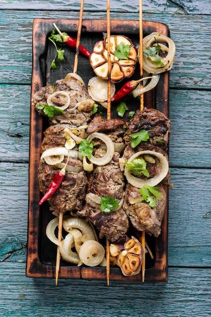 Gegrilltes rindfleisch auf bambusspießen Premium Fotos