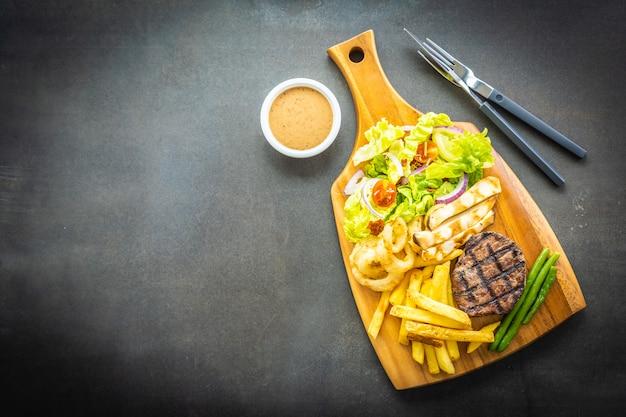 Gegrilltes rindfleischsteak mit pommes frites sauce und frischem gemüse Kostenlose Fotos