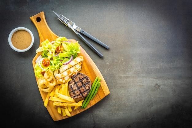 Gegrilltes rindfleischsteak mit pommes-frites-sauce Kostenlose Fotos