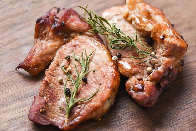 Gegrilltes schweinefleisch mit sauce und kräutern und gewürzen, die thailändisches asiatisches rosmarinschweinefleisch kochen Premium Fotos
