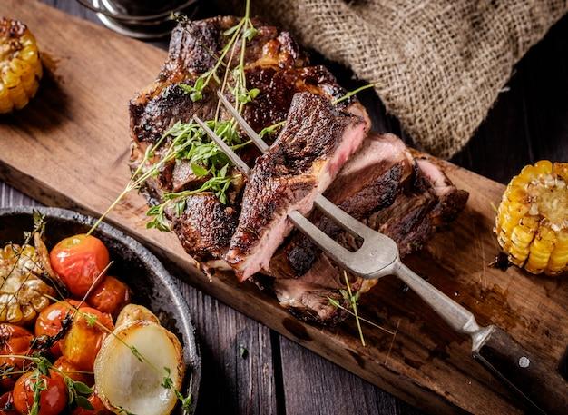 Gegrilltes steak geschnitten auf einem schneidebrett. Premium Fotos