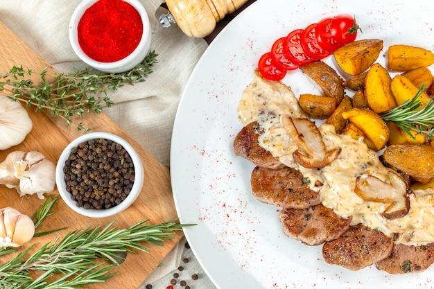 Gegrilltes steak mit kartoffelspalten Premium Fotos
