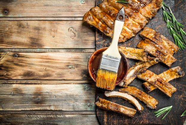 Gehackte rippen mit sauce gegrillt. Premium Fotos