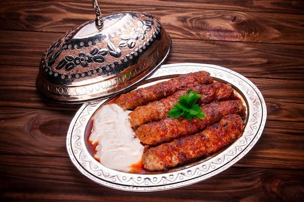 Gehackter hammelfleisch mit sauce Premium Fotos