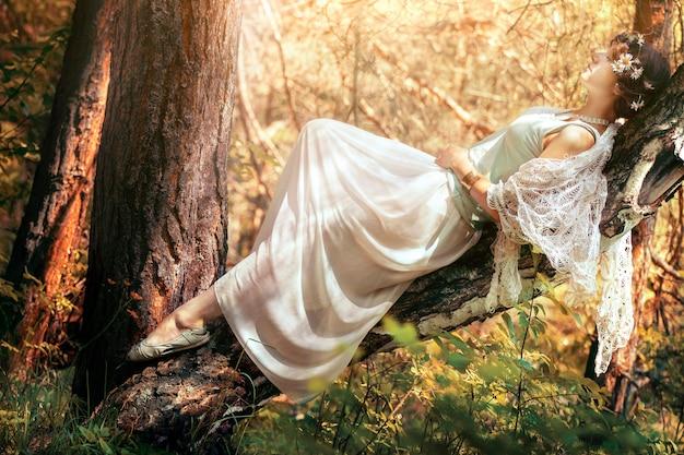 Geheimnisvolle frau im wald. einsames mädchen auf natur Premium Fotos