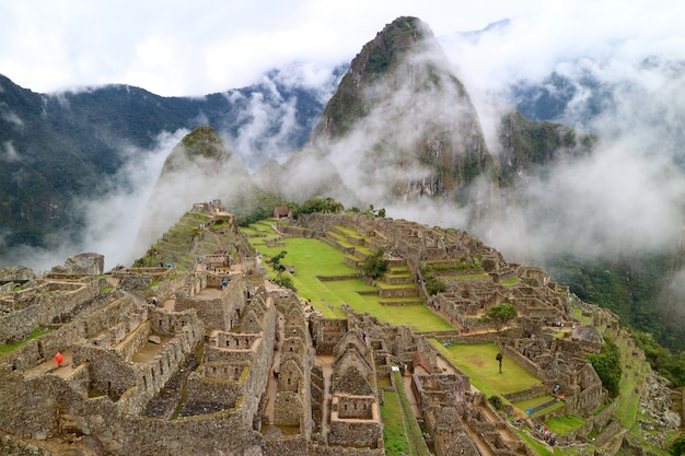Geheimnisvoller machu picchu im hellen nebel, region cusco, provinz urubamba, peru Premium Fotos