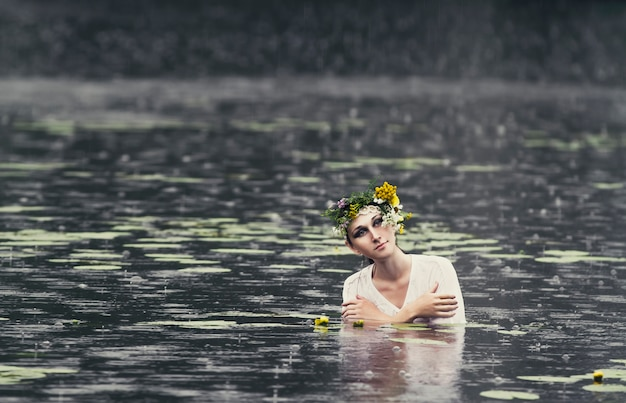 Geheimnisvolles bild einer schönen frau im holz Premium Fotos