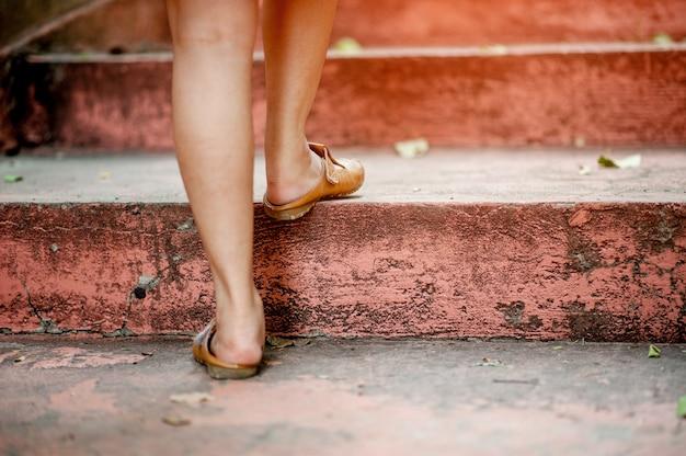 Gehen sie die treppe hinauf, um zu erreichen Premium Fotos