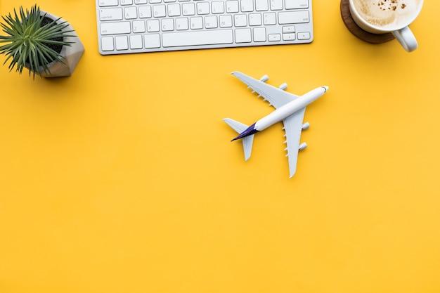 Gehen wir nach dem ausbruch mit dem flugzeug auf dem schreibtisch auf reisen oder in den urlaub Premium Fotos