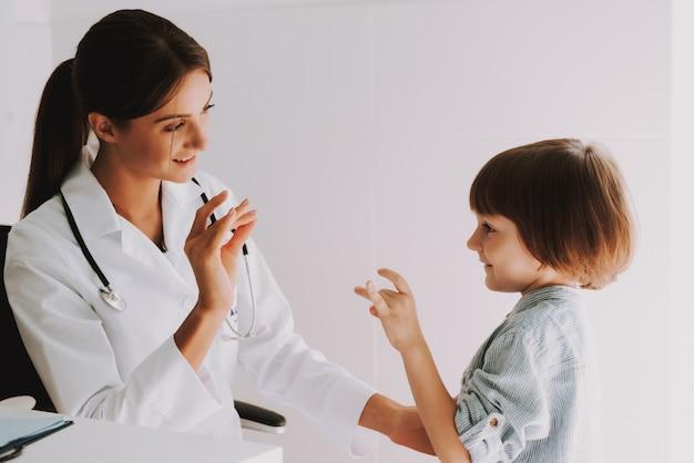 Gehörloses kind spricht gebärdensprache mit kinderarzt. Premium Fotos
