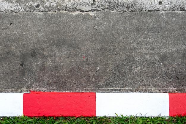 Gehweg und asphaltstraße mit rotem und weißem verkehrszeichen Premium Fotos