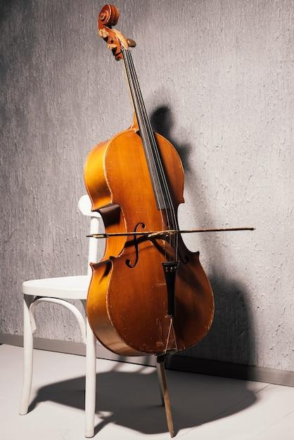 Geige auf stuhl in der schule oder im übungsraum Premium Fotos