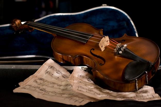 Geige mit notenblatt Premium Fotos