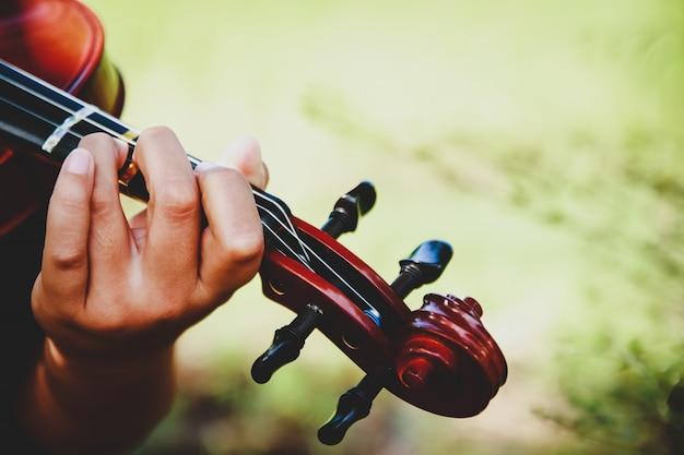 Geigenknabengriffe üben sie geschicktes spielen. Premium Fotos