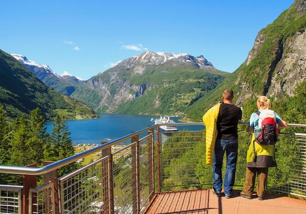 Geiranger fjord, fähre, berge, schönes natur-norwegen-panorama Premium Fotos