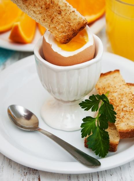 Gekochte eier zum frühstück Premium Fotos