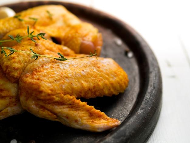 Gekochte hühnerflügel mit kräutern Kostenlose Fotos