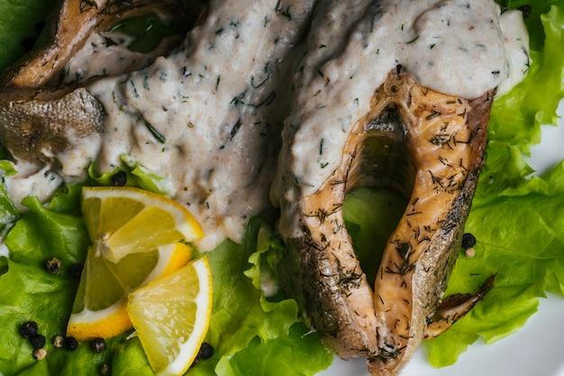 Gekochte rote soße des fischgerichtes mit sahne Premium Fotos