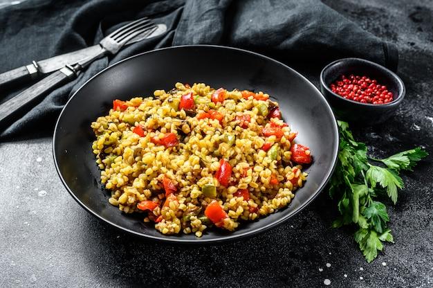 Gekochter bulgur mit gemüse und hühnerfleisch Premium Fotos