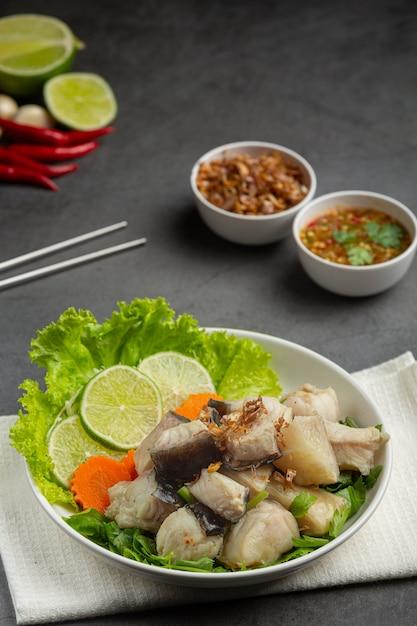 Gekochter fisch mit würziger dip-sauce und gemüse Kostenlose Fotos