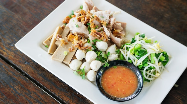 Gekochtes schweinefleisch mit heiß-saurer sauce (thailändisches essen). Premium Fotos