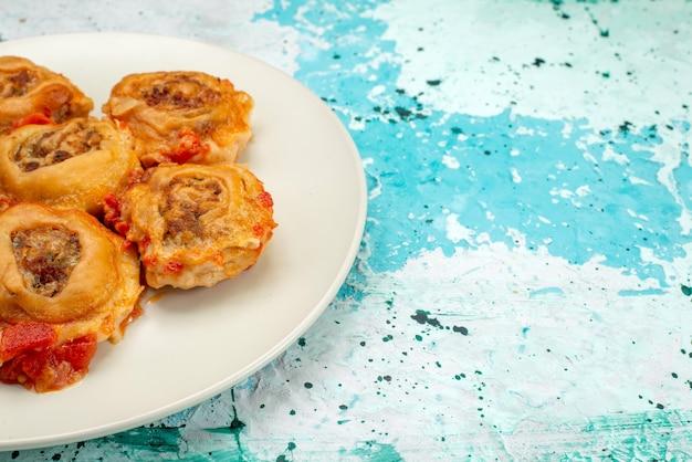 Gekochtes teigmehl mit hackfleisch in weißem teller auf hellblauem schreibtisch, teigmehl essen fleisch Kostenlose Fotos