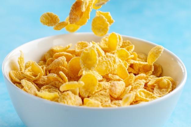 Gelb bereifte corn flakes rollen zum trockenes, getreidefrühstück Premium Fotos