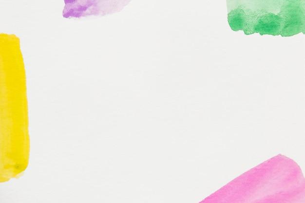 Gelb; rosa; grün; und lila pinselstrich auf weißem hintergrund mit platz zum schreiben des textes Kostenlose Fotos
