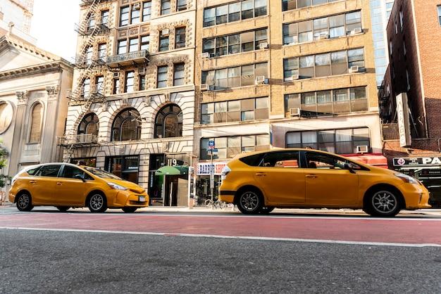 Gelbe autos nähern sich stadtgebäuden Kostenlose Fotos