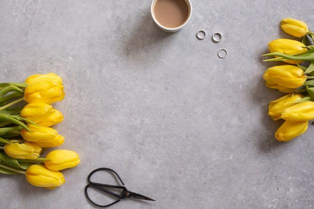Gelbe blumen tulpen und kaffee draufsicht Premium Fotos