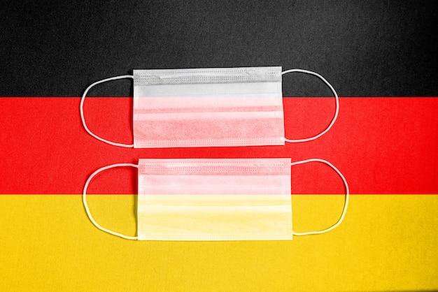 Gelbe chirurgische maske mit deutschlandflagge Kostenlose Fotos