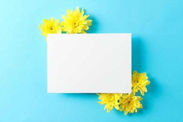 Gelbe chrysanthemen und leerer raum auf blauem tisch Premium Fotos