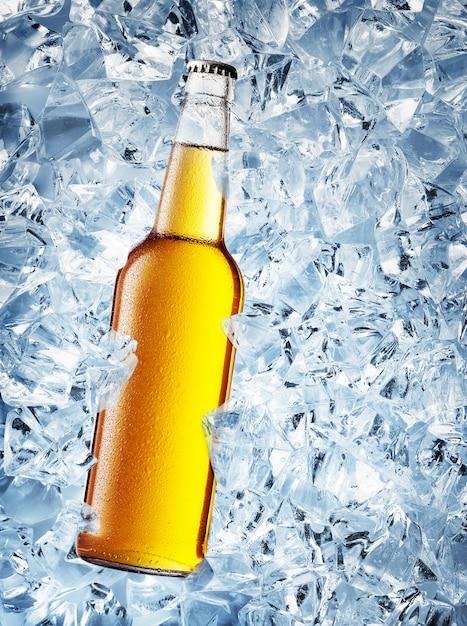 Gelbe flasche bier mit tropfen Premium Fotos