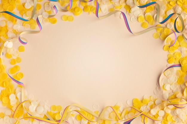 Gelbe konfetti und bänder kopieren raumoberansicht Kostenlose Fotos