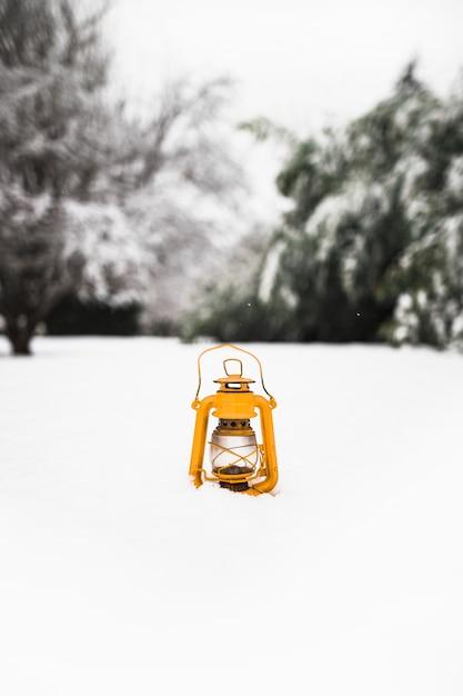 Gelbe Laterne auf Schnee | Download der kostenlosen Fotos