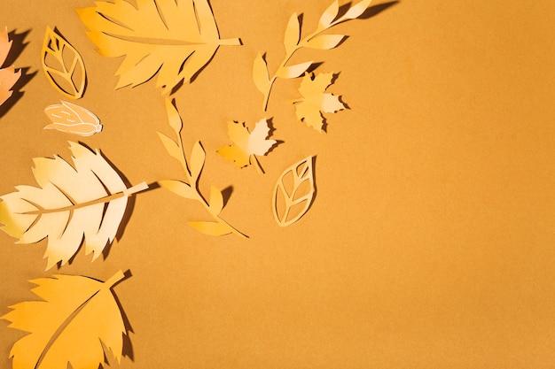 Gelbe papierbroschüren auf brauner tabelle Kostenlose Fotos