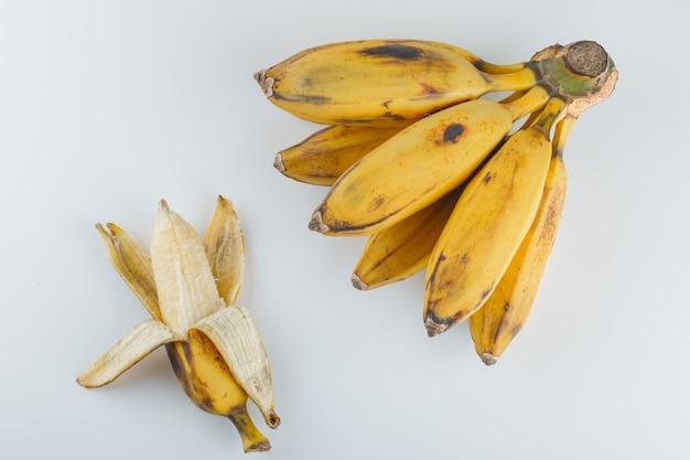 Gelbe reife bananen auf einem weiß. Kostenlose Fotos