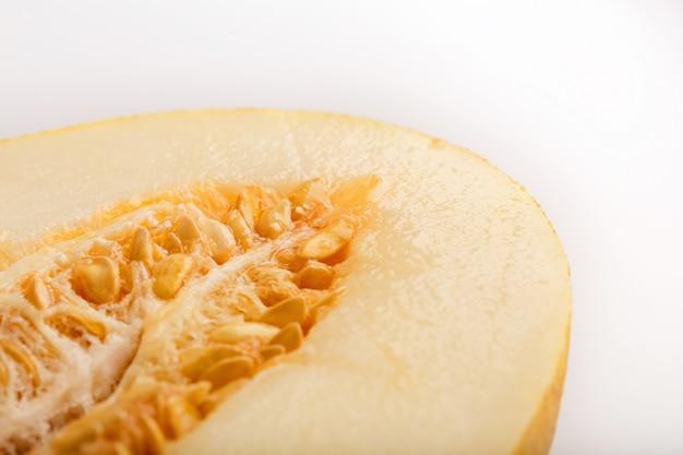 Gelbe torpedomelone auf weiß Premium Fotos