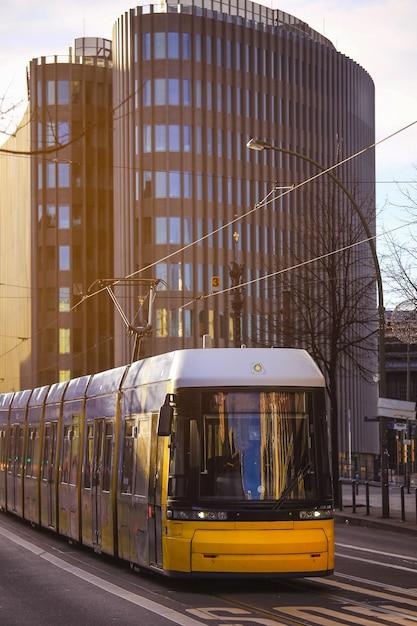 Gelbe tram der öffentlichen transportmittel, die durch die stadt von berlin germany überschreitet Premium Fotos