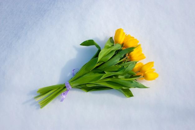 Gelbe Tulpen getrennt auf einem weißen Hintergrund. Blumenstrauß aus ...
